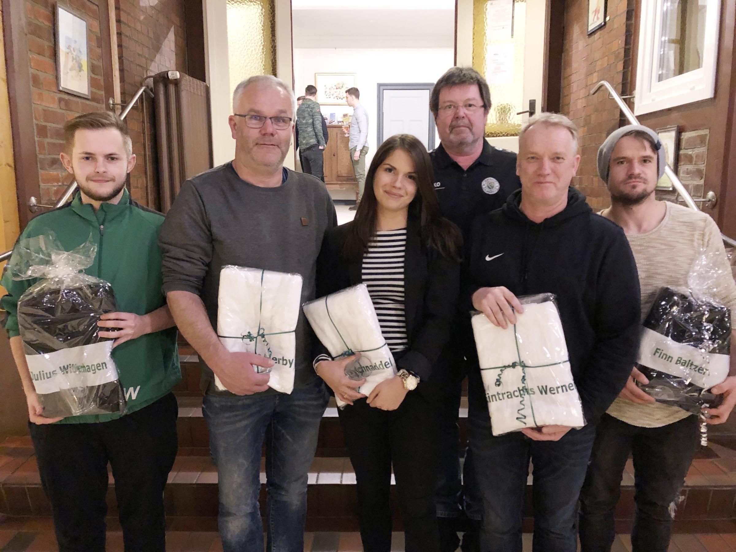 Vereinsvorsitzender Jens Heidemann (3. v. re.) mit den Geehrten (v. li.) Julius Wittenhagen, Herby Meyn, Nathalie Bödder, Werner Stehr und Finn Baltzer. Fotos: ee